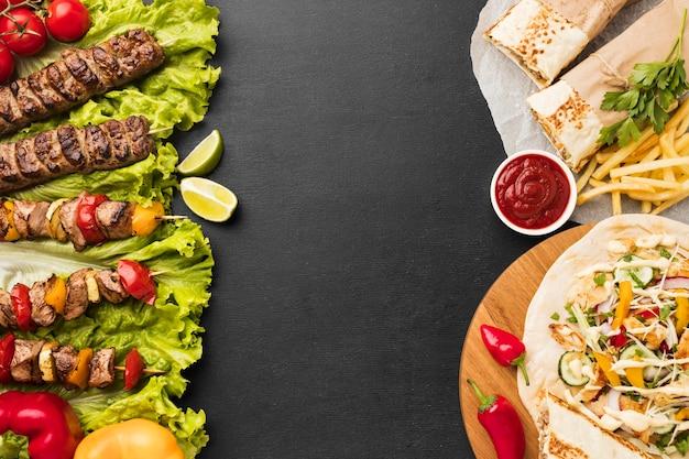 Вид сверху на вкусный кебаб с картофелем фри и кетчупом