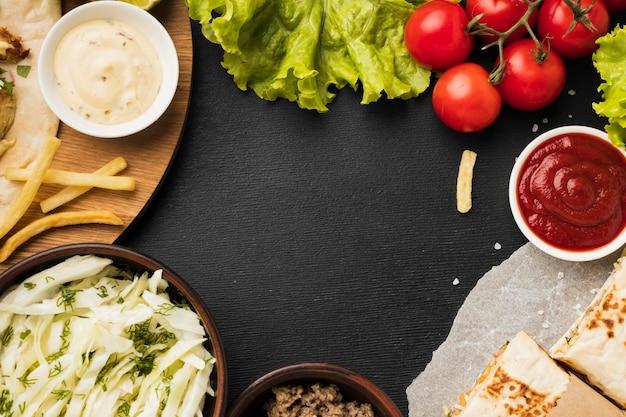 Вид сверху вкусного шашлыка с кетчупом и салатом