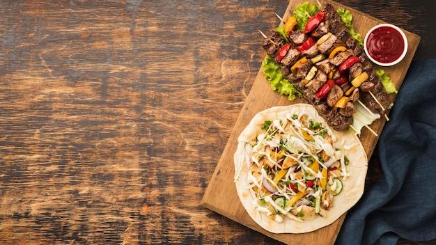 Вид сверху вкусного кебаба с мясом и копией пространства