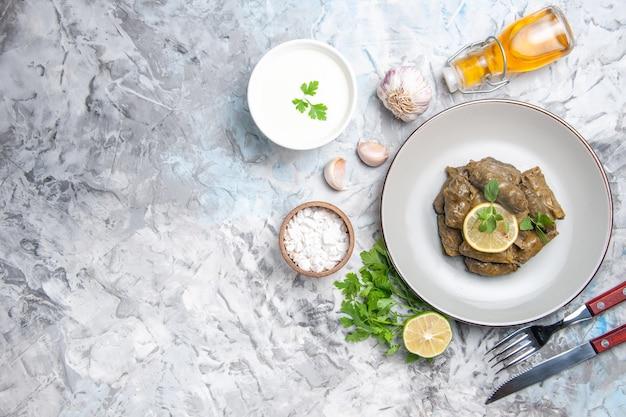 흰색 표면에 접시 안에 맛있는 잎 돌마의 상위 뷰