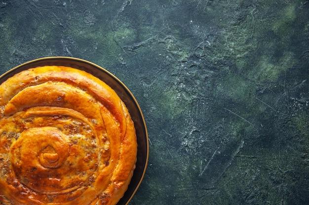 暗い表面のおいしいミートパイの上面図