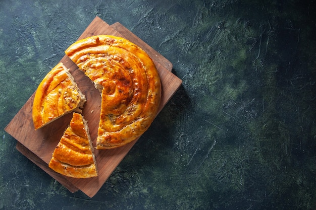 木の板に美味しいミートパイの上面図