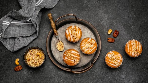 Вид сверху вкусных маффинов с орехами