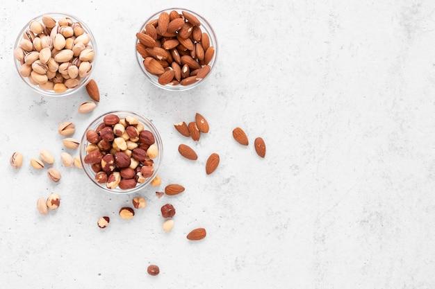 コピースペースのあるおいしいナッツの上面図