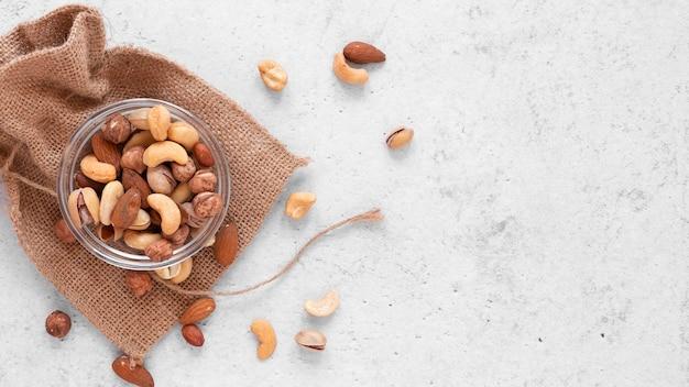 Вид сверху вкусных орехов с копией пространства