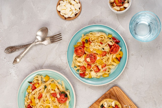 Вид сверху вкусные макароны на простой фон