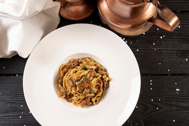 Вид сверху вкусные макароны на деревянный стол