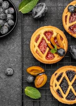 Вид сверху вкусных пирогов со сливами