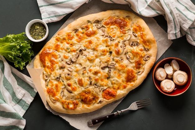 Вид сверху концепции вкусной пиццы