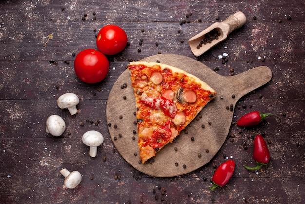 茶色の机の上に新鮮なキノコ、トマト、赤ピーマン、フードミールファーストフード野菜とおいしいピザスライスの上面図