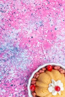 明るいフロアケーキビスケットスイートシュガーナッツにクリームと新鮮なピーナッツを添えたおいしいプレーンケーキの上面図