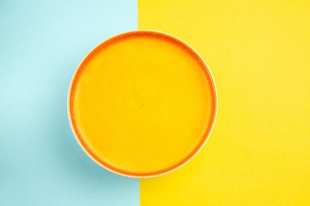 그릇에 맛있는 호박 수프의 상위 뷰