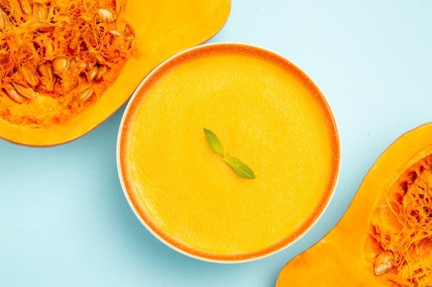 Вид сверху вкусного тыквенного супа в миске