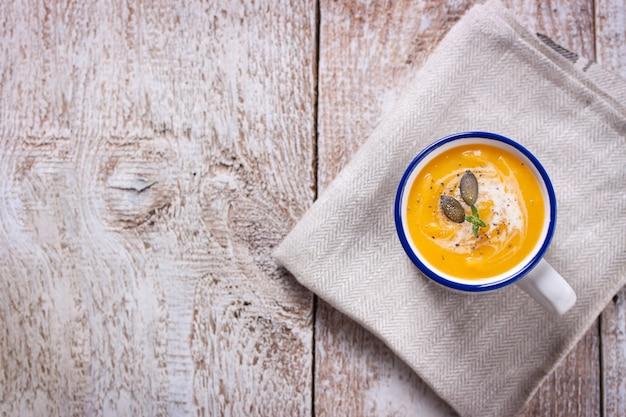 Вид сверху вкусный тыквенный суп