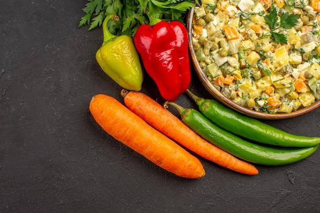 어두운 표면에 신선한 야채와 함께 맛있는 샐러드의 상위 뷰