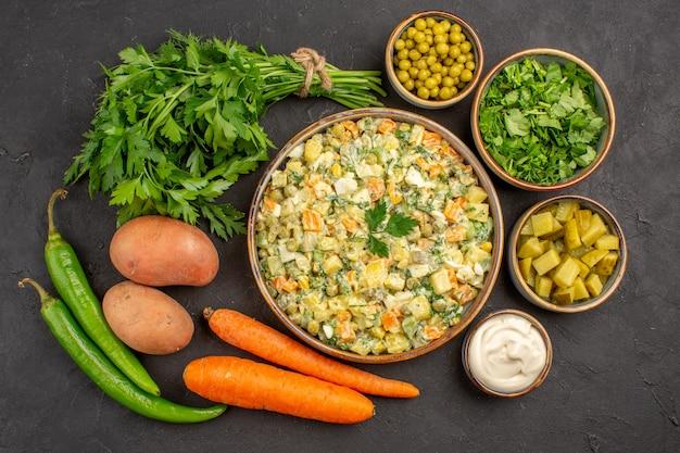 暗い表面に新鮮な野菜とおいしいサラダの上面図