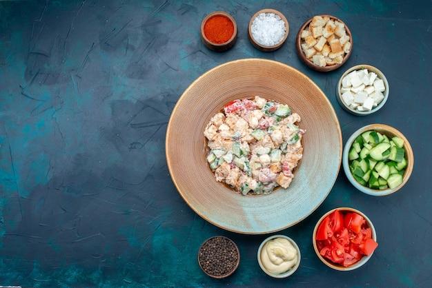 紺色の机の上に新鮮な野菜の調味料と一緒にマヨネーズとおいしいサラダの上面図、フードサラダミール