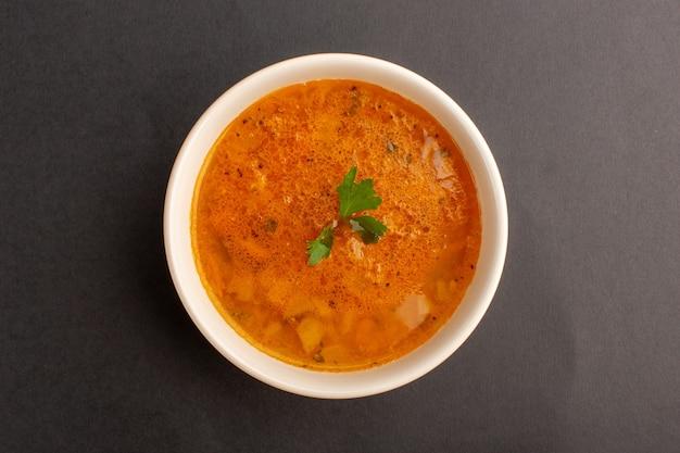 어두운 표면에 접시 안에 맛있는 수프의 상위 뷰