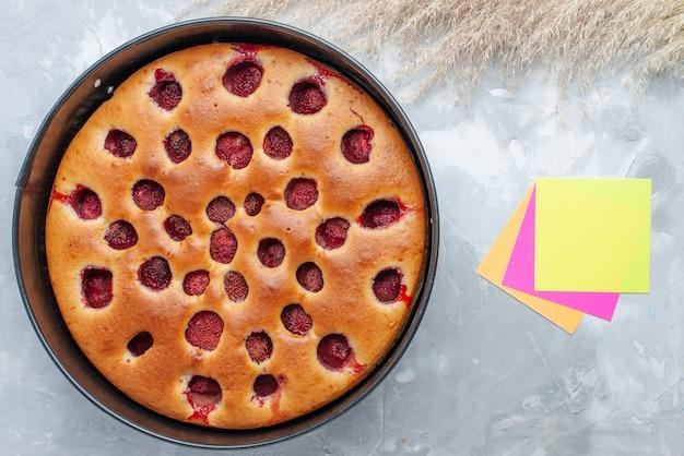 新鮮な赤いイチゴを中に入れて焼き上げたおいしいストロベリーケーキの上面図