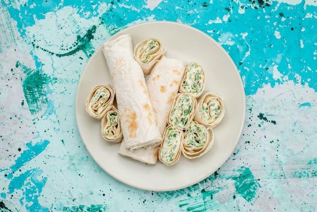 おいしい野菜ロール全体と明るい青色のフードミールロール野菜スナックでスライスした上面図