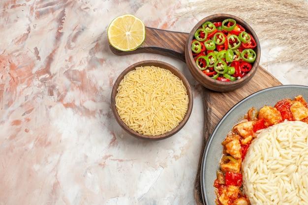 닭고기와 야채를 곁들인 맛있는 흰 쌀밥의 상위 뷰