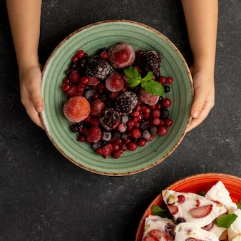 Вид сверху вкусного замороженного фруктового йогурта