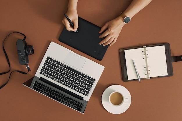 デザイナー、ブロガー、写真家の作業テーブルの上面図