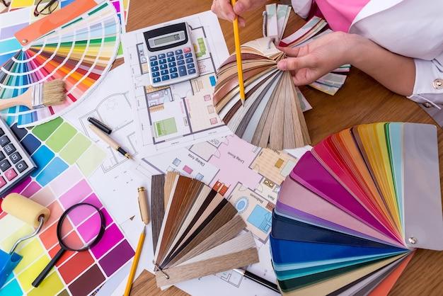 木製サンプラーとデザイナーの手の上面図
