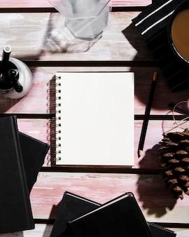 Вид сверху концепции стола с копией пространства