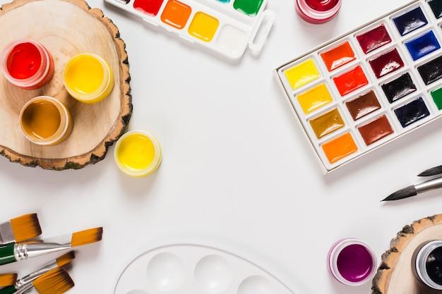 Вид сверху концепции стола с краской и копией пространства