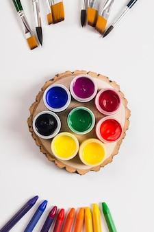 Вид сверху концепции стола с краской