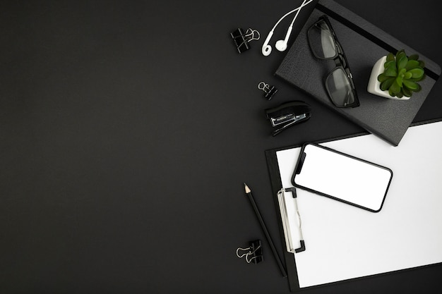 Вид сверху концепции стола темный с копией пространства