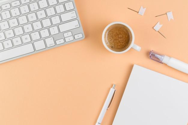 Вид сверху на стол с клавиатурой и кофе