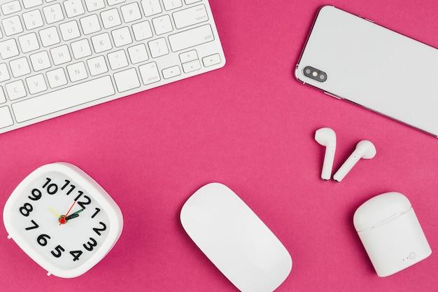 マウスと時計が付いている机の上から見る