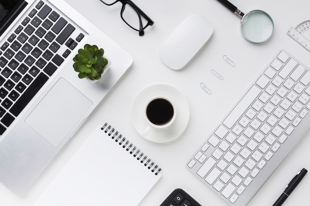 デスクトップノートパソコンとコーヒーのトップビュー
