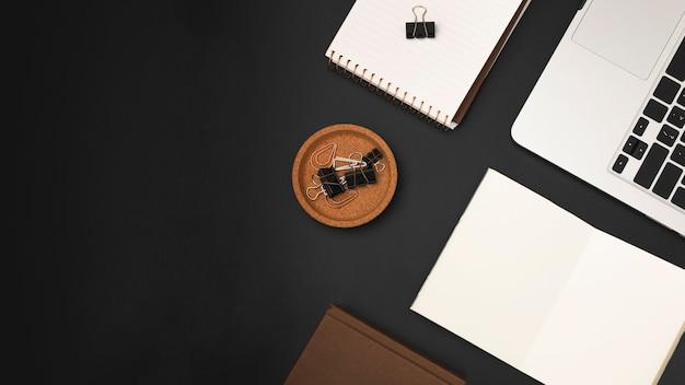 Вид сверху рабочего стола с ноутбуком и скрепками