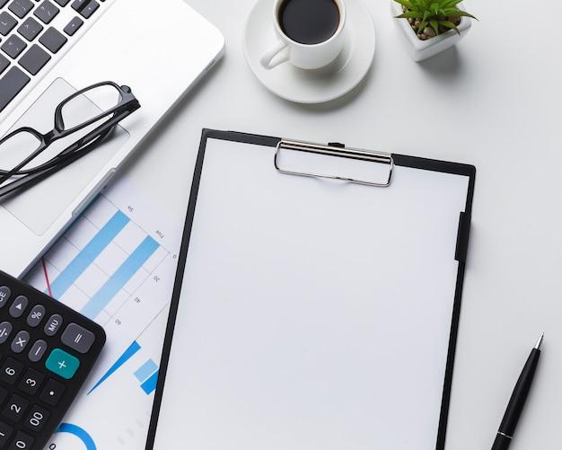 Вид сверху рабочего стола с бумагой и калькулятором