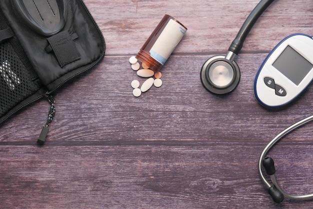 糖尿病測定ツールとテーブル上のピルの上面図
