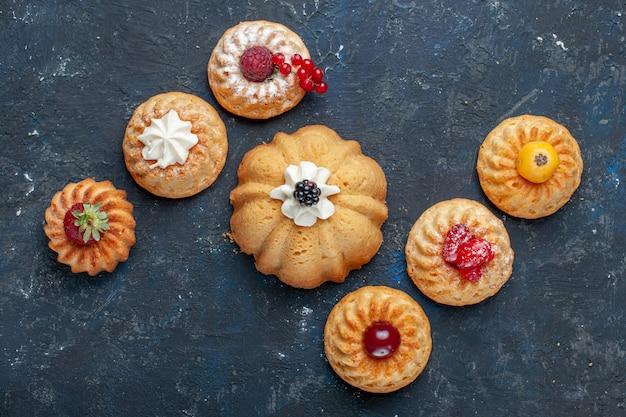 ダーク、ベリーフルーツ焼きケーキビスケットスイートにクリームとベリーで焼いたさまざまなおいしいケーキの上面図