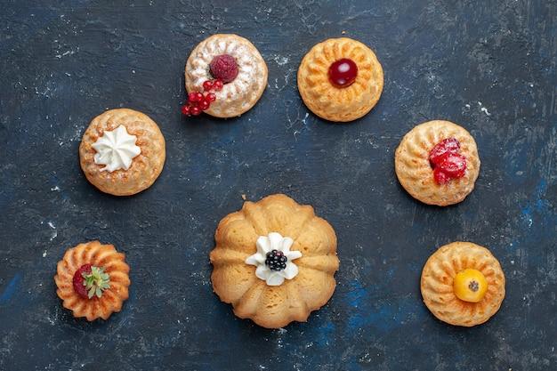 ダーク、ベリーフルーツ焼きビスケットスイートにクリームとベリーとさまざまなおいしいケーキの上面図