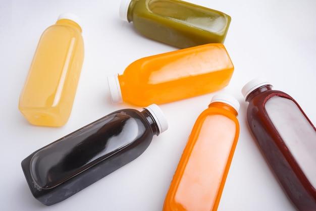 必要なさまざまなデトックスジュースボトル、抗酸化物質、毎日のビタミンの上面図