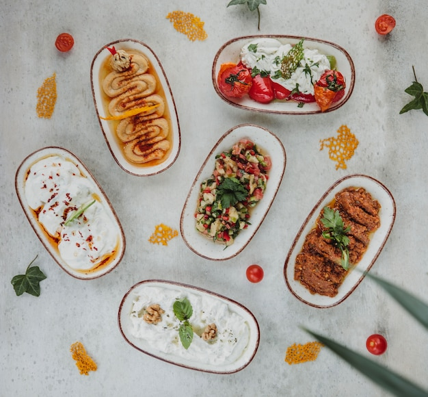 흰 벽에 접시에 다른 요리와 소스의 상위 뷰