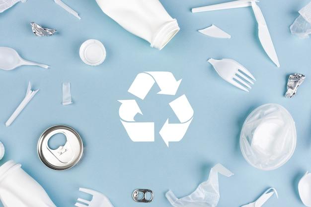Вид сверху различных материалов для мусора с символом переработки. переработка, всемирный день окружающей среды и экологическая концепция