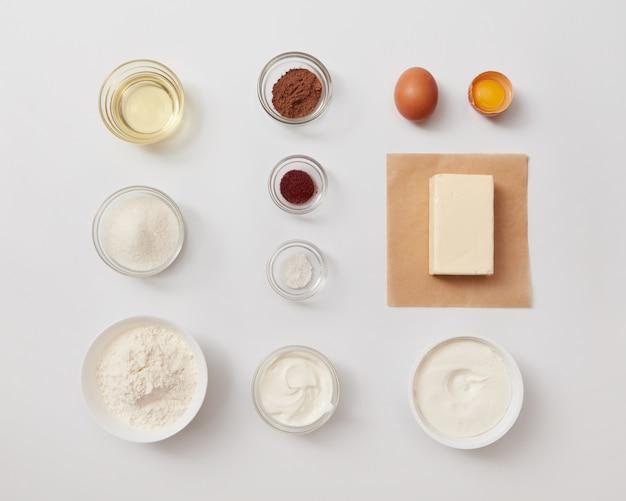 흰색 배경 위에 별도로 표시되는 베이킹 또는 요리를 위한 다양한 재료의 상위 뷰. 케이크나 빵을 요리하기 위한 재료.