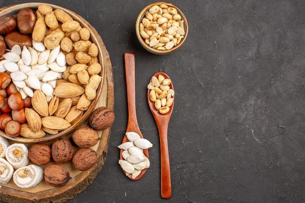 灰色の表面のさまざまなナッツの新鮮なナッツの上面図
