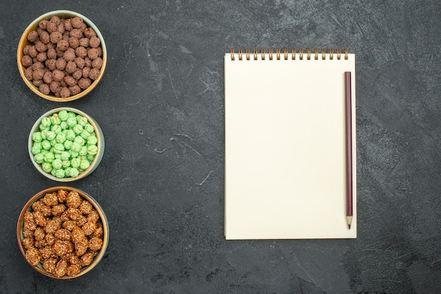暗い上の小さな鉢の中のさまざまな砂糖菓子の上面図