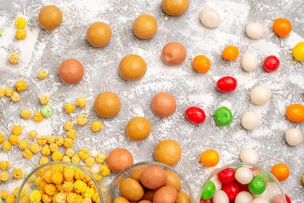 흰색 표면에 다른 달콤한 사탕 다채로운 과자의 상위 뷰