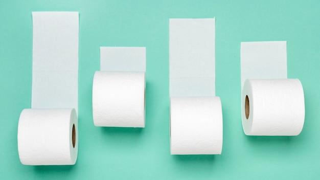 Вид сверху различных рулонов туалетной бумаги