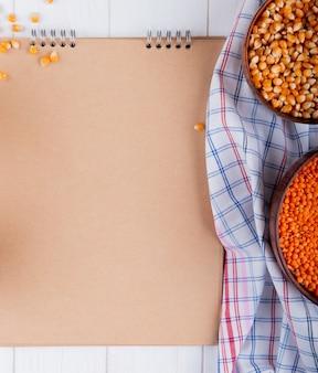 コピースペース付きのテーブルの上のボウルに種とひき割り穀物のトップビュー
