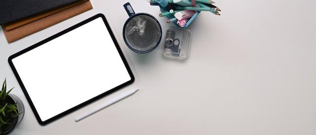 デジタルタブレット、コーヒーカップ、文房具、コピースペースの上面図